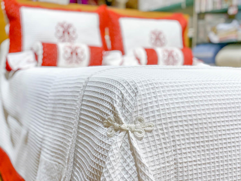 colcha de pique blanca con encaje caldera cama