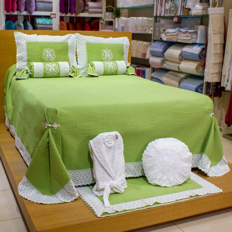 colcha de pique verde con encaje blanco