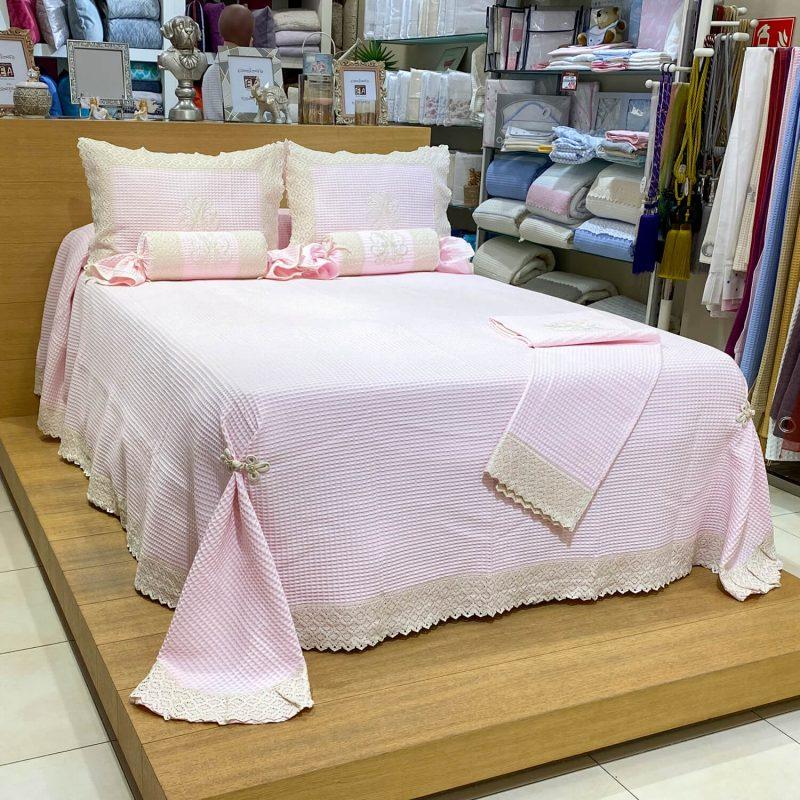 Conjunto de pique rosa con encaje beige